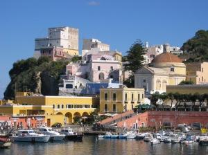 Il porto di Ponza e le sue spiagge